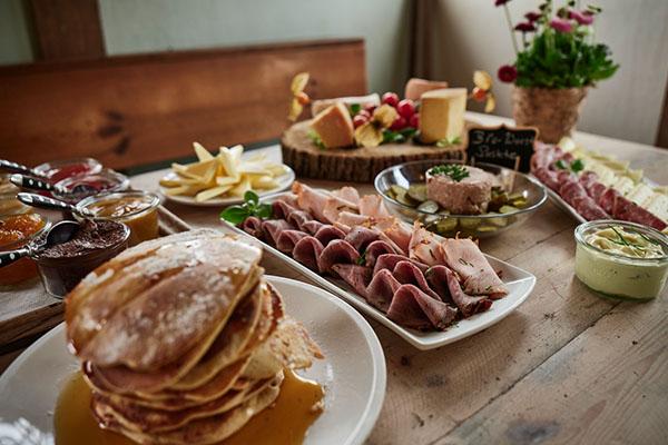 Frühstück-bei-hof-eggers-hamburg-hofcafe